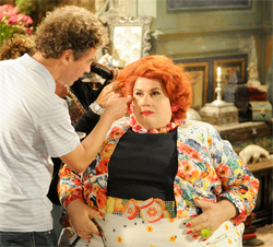 Vera Holtz sendo maquiada para virar a Dona Redonda